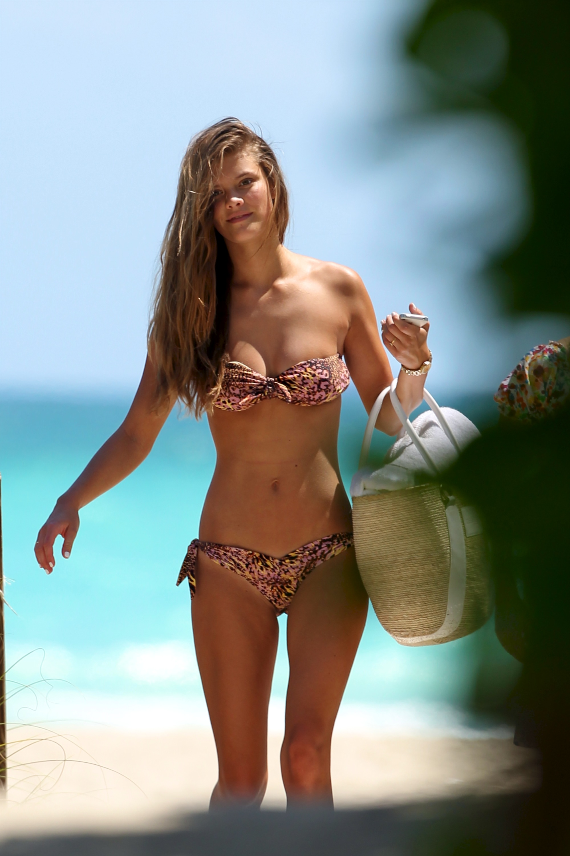 nina-agdal-beach-candids-miami-march-19-2012-14